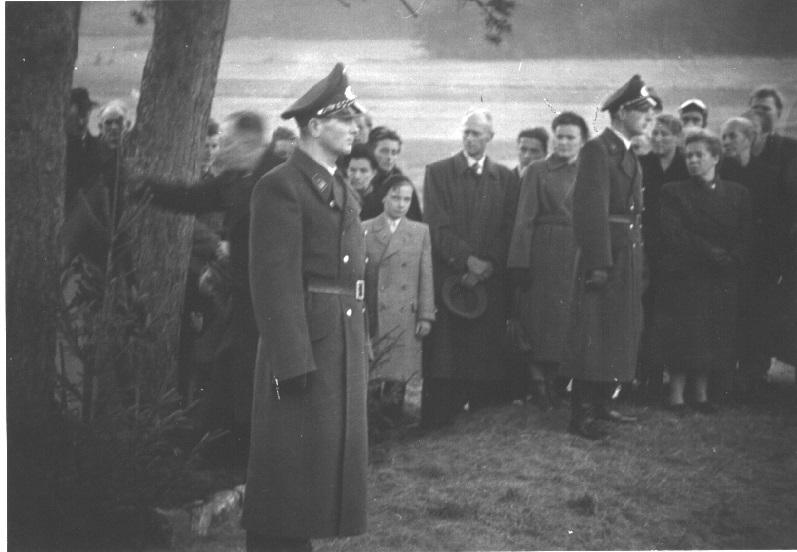 """Im November 1953 fand an der Straße zwischen Willmars und Stedtlingen die Einweihung eines Gedenksteins zur Erinnerung an Gerhard Palzer statt. Seine Inschrift lautet: """"Gerd Palzer / Zollgrenzassistent / † 29. Juli 1952 / in treuer / Pflichterfüllung""""."""
