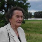 Inge Lemme am Elbufer unweit der Stelle, an der ihr Sohn getötet wurde >