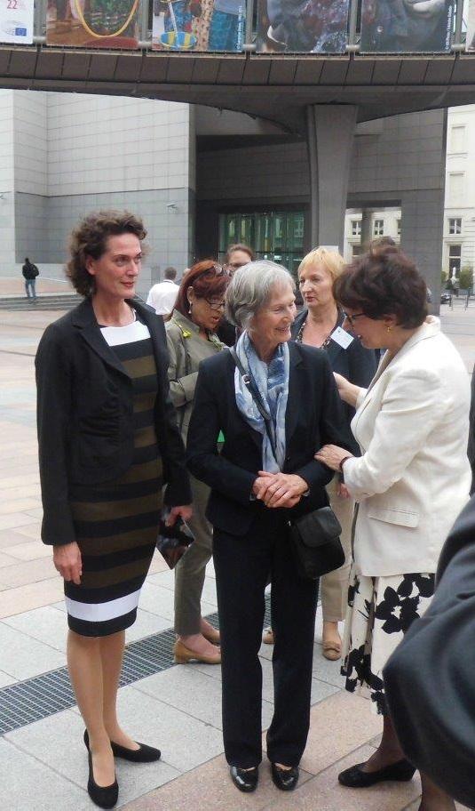 Mutter und Schwester von Hartmut Tautz im Gespräch mit der ehemaligen lettischen Außenministerin und EU-Kommissarin Sandra Kalniete während einer Protestaktion gegen das Vergessen am 27. Mai 2015 in Brüssel. Bildquelle: Platform of European Memory and Consience.
