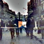 Demonstranten mit blutgetränkter Fahne>
