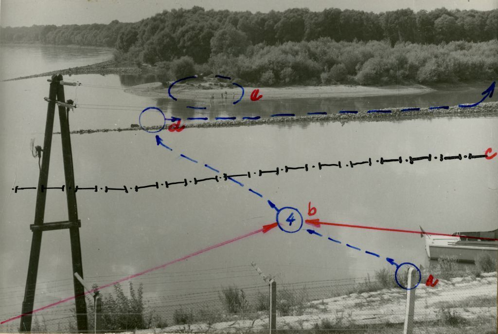 Der Kreis mit der 4 markiert die Stelle, an der er von den Schüssen getroffen wurde. Die weitere blaue Linie den Fluchtweg der drei Überlebenden.